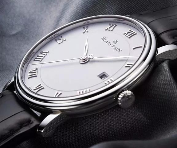 The oversized Roman numerals hour markers allow the wearers to read the time clearly.