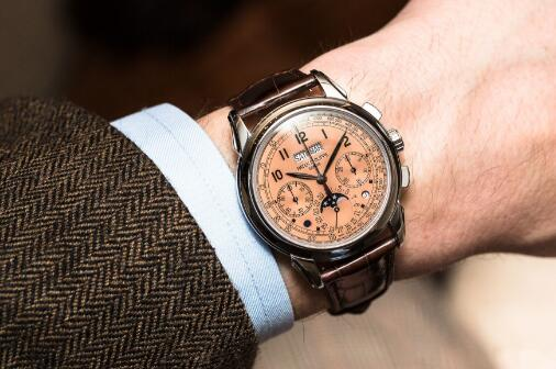 The integrated design of this chronograph is vintage and elegant.