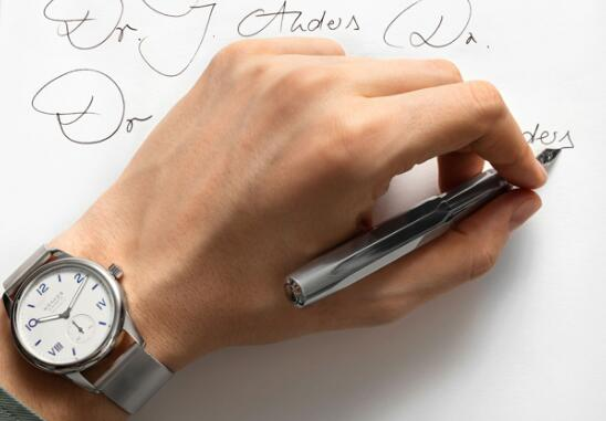 The integrated design of the Nomos is always very simple and elegant.