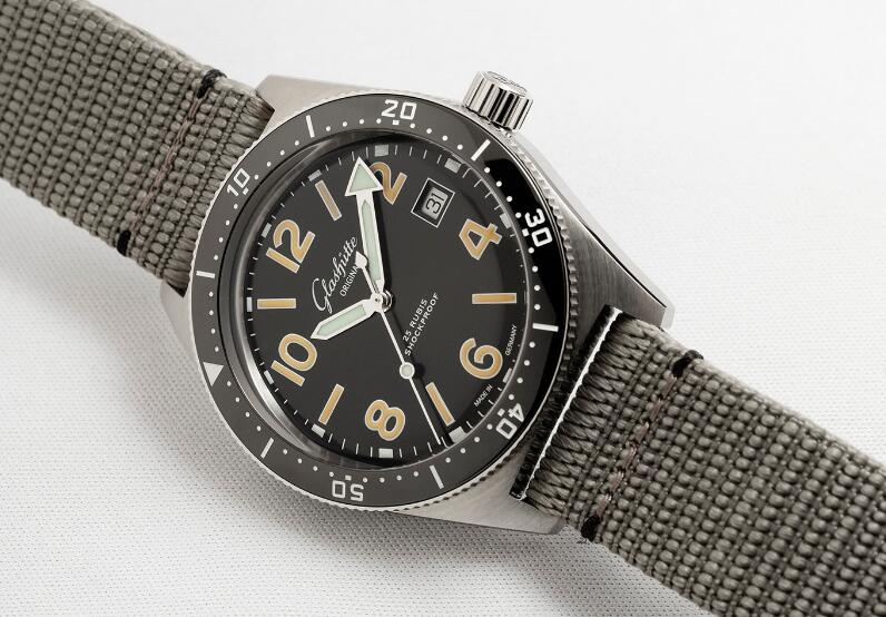 Best-selling replication watches are vintage in the style.
