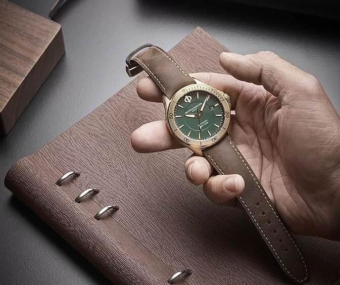 Hot-selling reproduction watches have mature brown straps.